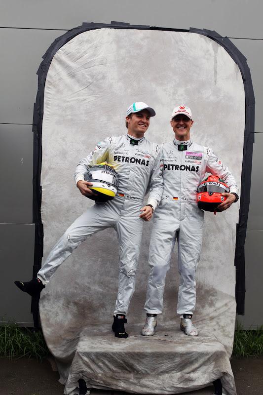 Нико Росберг и Михаэль Шумахер дурачатся на фотосессии Гран-при Австралии 2011