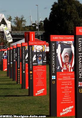 вид с другой стороны плакатов с последними победителями гонки в Альберт-Парке