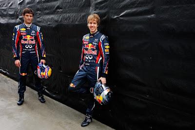 Марк Уэббер и Себастьян Феттель на фоне черной стены на Гран-при Австралии 2011