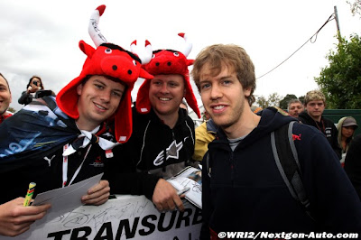 Себастьян Феттель с болельщиками в шапках-быках на Гран-при Австралии 2011