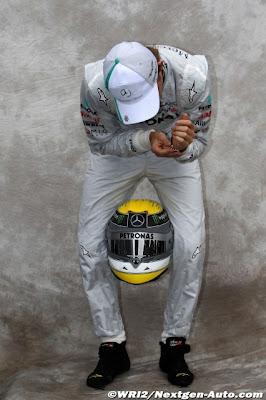 Нико Росберг держит шлем между ног готовясь к фотосессии на Гран-при Австралии 2011
