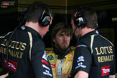 Ник Хайдфельд разговаривает с механиками на Гран-при Малайзии 2011