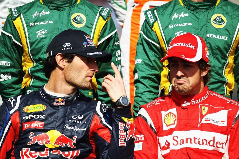 Марк Уэббер показывает палец Фернандо Алонсо на фотосессии перед стартом Гран-при Австралии 2011
