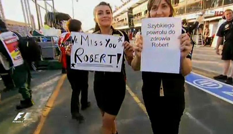 болельщики Роберта Кубицы на Гран-при Австралии 2011 с листочками We Miss You Robert