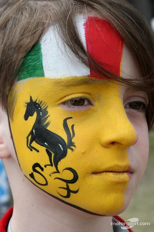 мальчик с символикой Ferrari на лице на Гран-при Австралии 2011