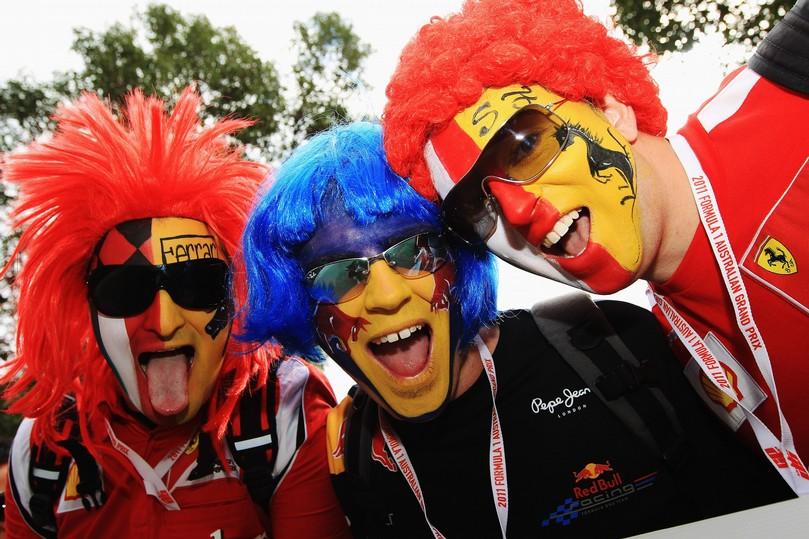 разукрашенные лица болельщиков Ferrari и Red Bull на Гран-при Австралии 2011