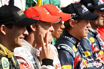 Дженсон Баттон показывает пальцами двойку на фотосессии перед стартом Гран-при Австралии 2011
