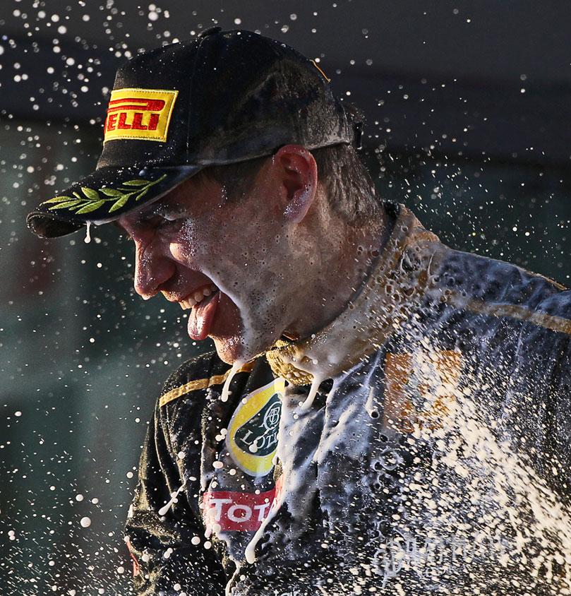 Виталий Петров в брызгах шампанского на подиуме Альберт-Парка 2011 на Гран-при Австралии