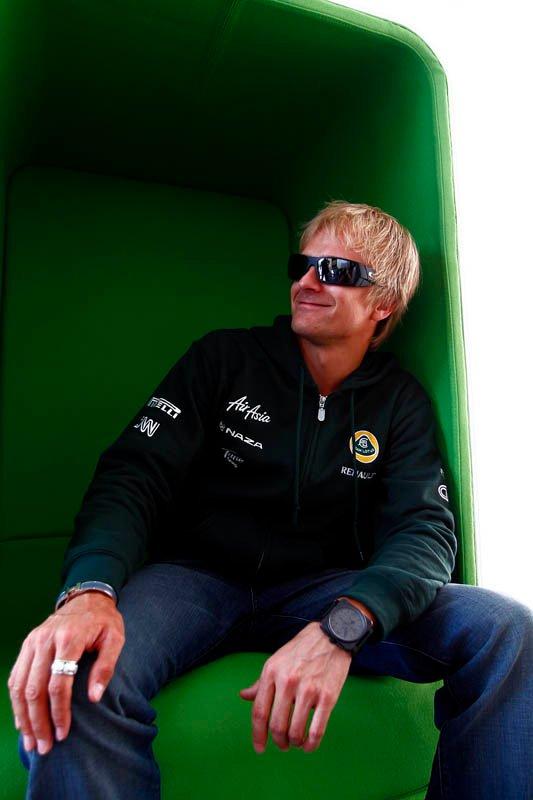 Хейкки Ковалайнен в новом зеленом кресле в очках