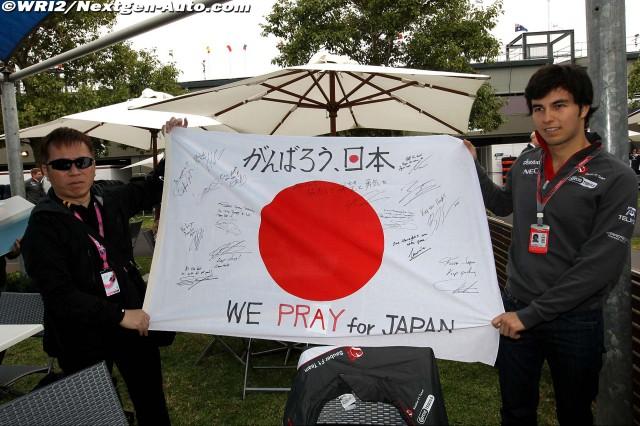 Серхио Перес и болельщик держат японский флаг с автографами пилотов Ф-1 на Гран-при Австралии 2011