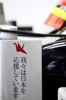 болид Рубенса Баррикелло Williams с оригами на Гран-при Австралии 2011