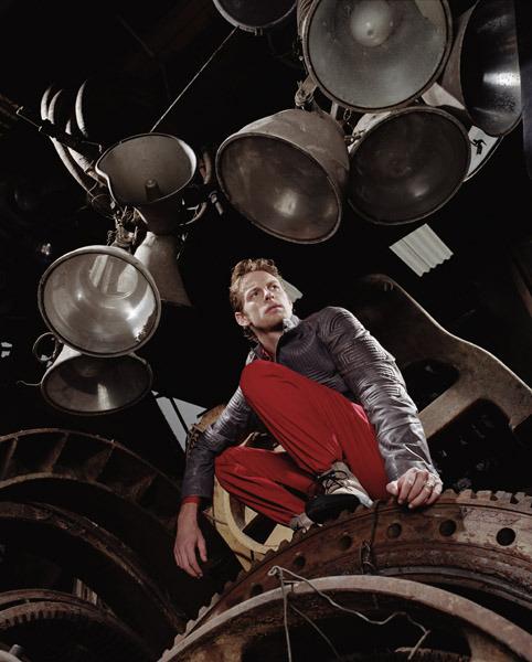 фото Дженсон Баттон в красных штанах