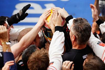 Льюис Хэмилтон обнимается с механиками McLaren после победы на Гран-при Китая 2011