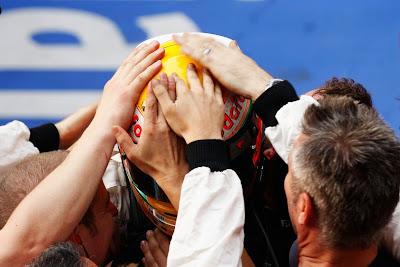 механики McLaren прикасаются к шлему Льюиса Хэмилтона после его победы на Гран-при Китая 2011