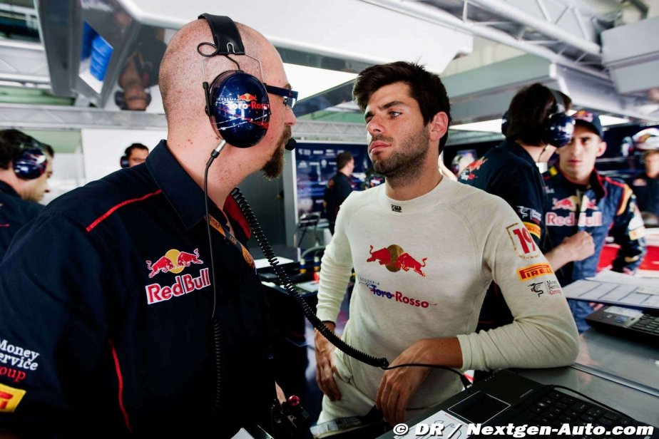 Хайме Альгерсуари разговаривает с механиком в боксах Toro Rosso во время свободных заездов на Гран-при Австралии 2011
