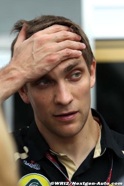 Виталий Петров держится за голову на Гран-при Малайзии 2011