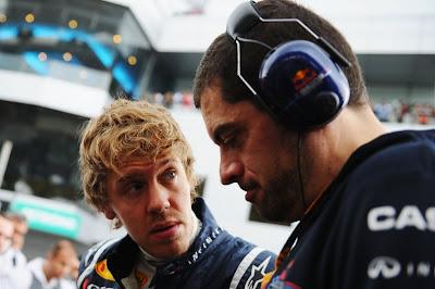 Себастьян Феттель беседует со своим гоночным инженером Гийом Рокленом перед гонкой на Гран-при Малайзии 2011
