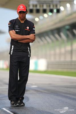 Льюис Хэмилтон одиноко стоит на старт-финишной прямой Куала-Лумпура на Гран-при Малайзии 2011