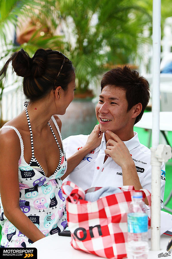 Камуи Кобаяши и Ю Абиру смеются на Гран-при Малайзии 2011
