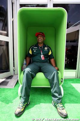 Тони Фернандес в оригинальном зеленом кресле на Гран-при Малайзии 2011