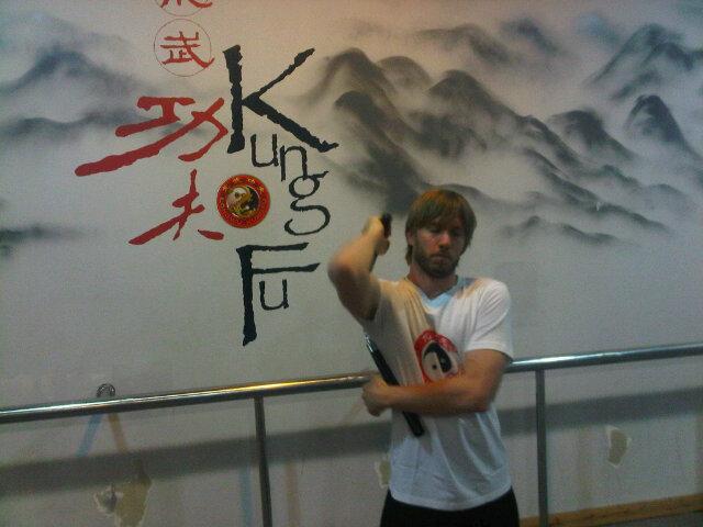 Ник Хайдфельд занимается нунчаками в Шанхае 2011