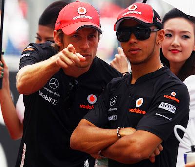 Дженсон Баттон показывает что-то Льюису Хэмилтону на Гран-при Малайзии 2011