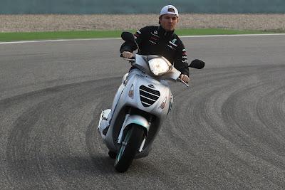 Нико Росберг инспектирует трассу в Шанхае на мопеде Mercedes GP