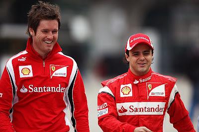 Роб Смедли и Фелипе Масса шагают по паддоку Шанхая на Гран-при Китая 2011