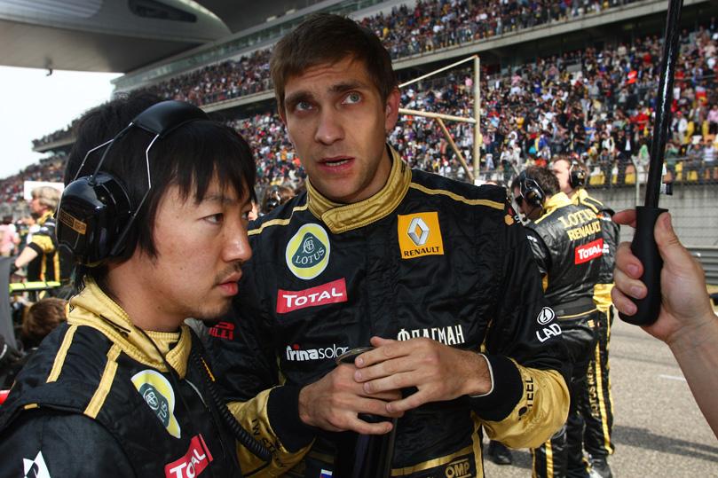 Виталий Петров разговаривает со своим гоночным инженером Аяо Комацу перед гонокой на Гран-при Китая 2011