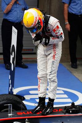 Льюис Хэмилтон кланяется механикам McLaren после победы на Гран-при Китая 2011