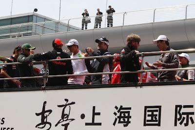 гонщики в автобусе на параде пилотов на Гран-при Китая 2011
