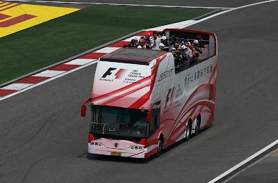 автобус с гонщиками проезжает по Шанхайской трассе на параде пилотов Гран-при Китая 2011