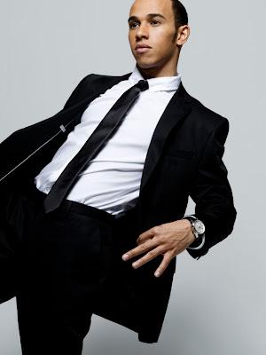 фотосессия Льюиса Хэмилтона в черно-белом костюме в рекламе часов