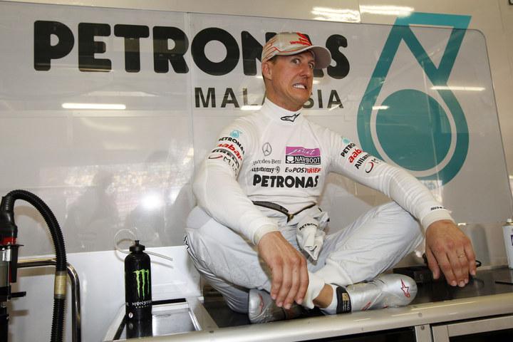 Михаэль Шумахер со смешным лицом в гараже команды Mercedes GP на Гран-при Китая 2011