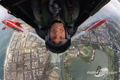 Марк Уэббер летит на самолете над Альберт-Парком на Гран-при Австралии 2002