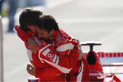 Фелипе Масса обнимается с Робом Смедли после победы на Гран-при Турции 2006
