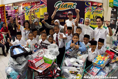Хайме Альгерсуари и Себастьян Буэми вместе с малайзийскими детьми в супермаркете Giant на Гран-при Малайзии 2011