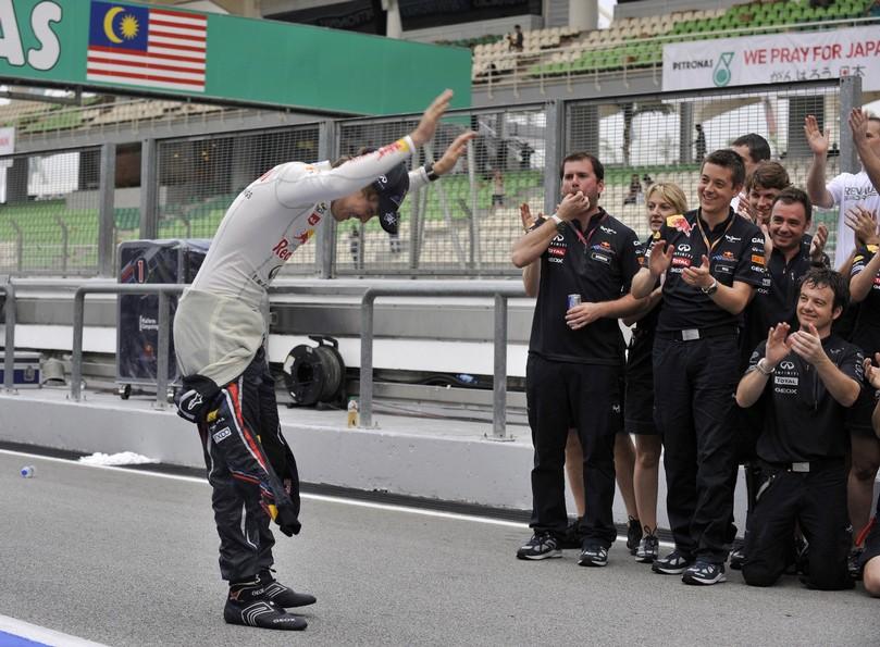 Себастьян Феттель кланяется своим механикам после победы на Гран-при Малайзии 2011