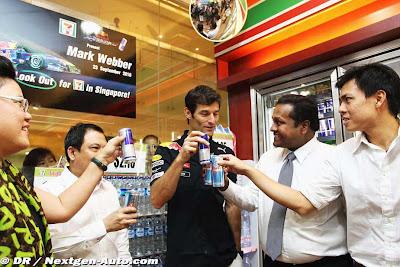 Марк Уэббер выпивает Red Bull в магазине Сингапура на Гран-при Сингапура 2010