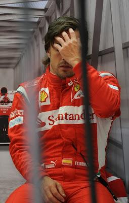 уставший Фернандо Алонсо в боксах команды Ferrari на Гран-при Турции 2011