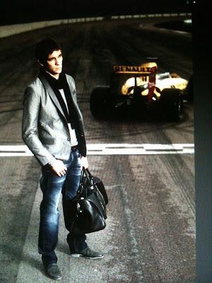 фотоснимок Виталия Петрова с сумкой на фоне болида Renault