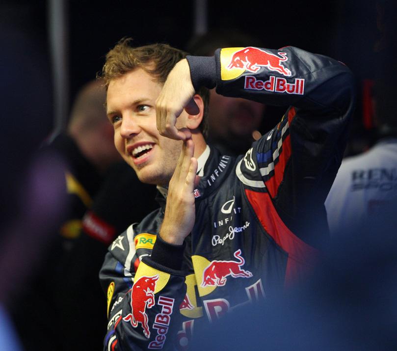 трюки Себастьяна Феттеля с пальцами в Шпильберге на открытии трассы Red Bull Ring 14 мая 2011