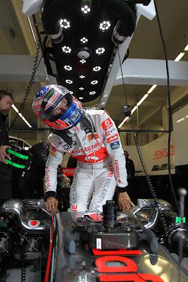 Дженсон Баттон вылазит из кокпита McLaren в боксах команды на трассе Истамбул-Парка на Гран-при Турции 2011