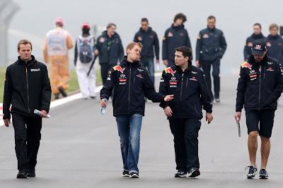 Себастьян Феттель вместе с механиками Red Bull инспектирует трассу в Истамбуле на Гран-при Турции 2011