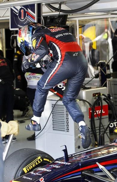 Себастьян Феттель выпрыгивает из болида Red Bull на Гран-при Турции 2011