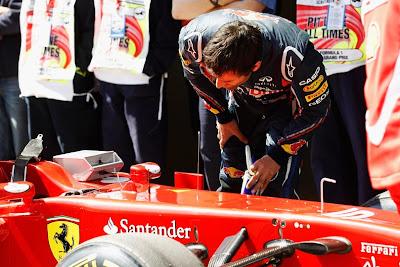 Марк Уэббер инспектирует болид Ferrari после квалификации на Гран-при Турции 2011
