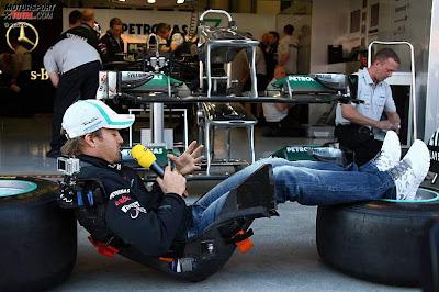 Нико Росберг на фоне боксов Mercedes GP с микрофоном RTL на Гран-при Турции 2011