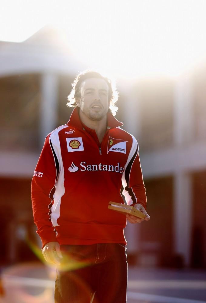 Фернандо Алонсо с сэндвичем на фоне солнца на Гран-при Турции 2011
