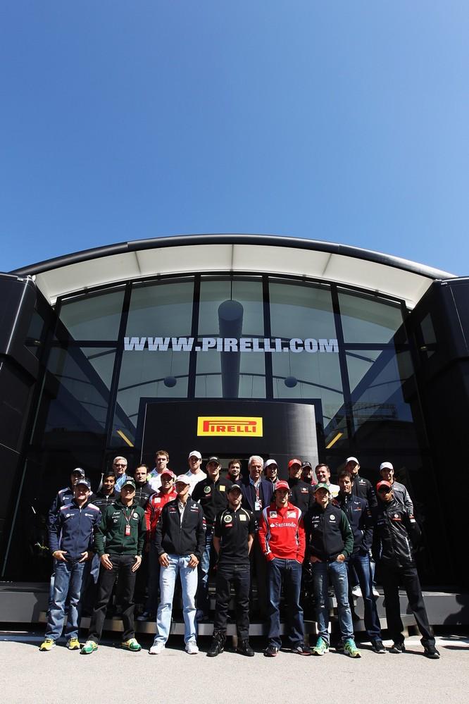 Пилоты Формулы-1 на фоне неба и моторхоума Pirelli на Гран-при Турции 2011