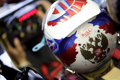 шлем Виталия Петрова с двуглавым орлом гербом россии на Гран-при Турции 2011
